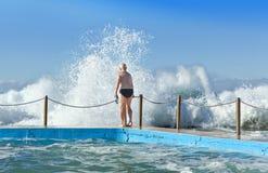 澳大利亚海滩挥动水池游泳 免版税库存图片