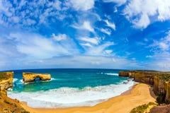 澳大利亚的大洋路 一个小海湾的天蓝色的海洋水在太平洋海岸的异乎寻常,激活和照片的概念 图库摄影