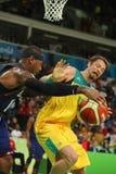 澳大利亚的队美国L和大卫安达信的奥林匹克冠军卡梅隆・安东尼行动的在小组A篮球比赛期间 图库摄影