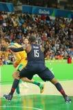 澳大利亚的队美国R和大卫安达信的奥林匹克冠军卡梅隆・安东尼行动的在小组A篮球比赛期间 库存照片