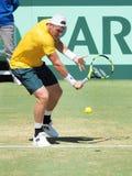 澳大利亚网球员在戴维斯杯期间的山姆Groth选拔反对约翰・伊斯内尔 图库摄影