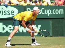 澳大利亚网球员在戴维斯杯期间的山姆Groth选拔反对约翰・伊斯内尔 免版税库存照片