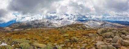 澳大利亚阿尔卑斯und积雪的峰顶全景风景  免版税图库摄影