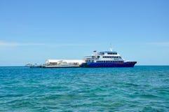 澳大利亚-海上的游艇的都市风景 库存图片