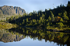 澳洲山反映被围住的塔斯马尼亚岛 免版税库存照片