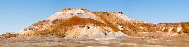澳洲沙漠小山被绘的全景 免版税库存照片
