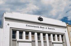 澳洲联邦银行历史老大厦在有徽章的纽敦澳大利亚的经典版本的 免版税库存照片