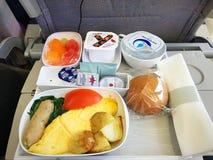 澳洲航空公司关闭早餐盘子在飞行上向悉尼,澳大利亚 图库摄影