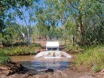 澳洲campervan横穿河 免版税库存照片
