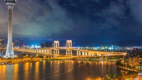 澳门塔和澳门桥梁澳门中国地标地方夜间的 股票录像