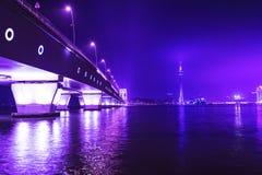 澳门塔和Sai范Bridge在晚上。 库存图片