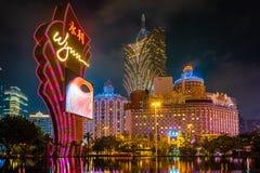 澳门,中国- 2019年4月23日:在晚上被照亮的里斯本和澳门新葡京酒店赌博娱乐场 库存图片