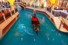 澳门,中国11日2017年:一个未认出的人有旅行在一家美丽的豪华旅馆里面的一艘威尼斯式长平底船 库存图片