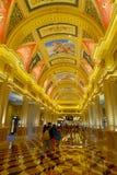 澳门,中国11日2017年:在一家美丽的豪华旅馆里面威尼斯式度假旅馆和赌博娱乐场 免版税库存图片