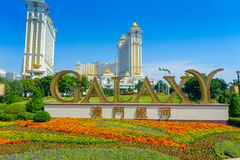澳门,中国11日2017年:在豪华梦想星系旅馆的室外公园签到金黄词在澳门,这是a 库存图片