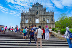 澳门,中国11日2017年:拍在圣保罗` s大教堂废墟的未认出的人照片,修造从 库存照片