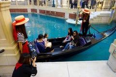 澳门,中国11日2017年:未认出的人有旅行在美好的豪华里面的一艘威尼斯式长平底船 免版税库存照片