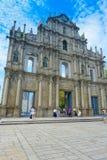 澳门,中国11日2017年:走动圣保罗` s大教堂废墟的未认出的人,修造从1582 免版税库存图片