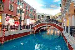 澳门,中国11日2017年:走动在一家美丽的豪华旅馆里面的未认出的人威尼斯式手段 免版税库存图片