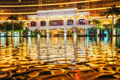 澳门,中国- 2016年1月24日:澳门Wynn宫殿入口小组夜视图显示建筑illuminat的水反射 免版税库存图片