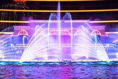 澳门,中国- 2014年 10 15 :澳门-亚洲的赌博的首都 跳舞喷泉展示的照片在著名Wynn旅馆 库存照片