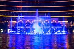 澳门,中国- 2014年 10 15 :澳门-亚洲的赌博的首都 跳舞喷泉展示的照片在著名Wynn旅馆 库存图片