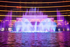 澳门,中国- 2014年 10 15 :澳门-亚洲的赌博的首都 跳舞喷泉展示的照片在著名Wynn旅馆 免版税库存图片