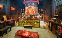 澳门- 2016年1月24日:较小佛教寺庙` s内部在澳门的历史的中心配置对凝思和祷告 免版税库存照片