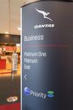 澳洲航空在墨尔本机场的业务分类标志特写镜头  免版税库存照片