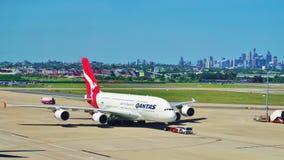 从澳洲航空的空中客车A380与悉尼地平线 免版税图库摄影