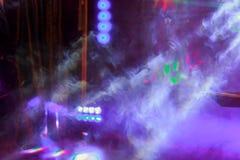 激光变粉红色光和烟在俱乐部党的 库存图片