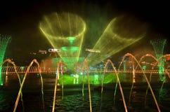 激光和水夜展示 大型装配架 免版税库存图片