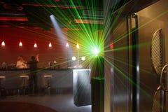 激光在透镜发光 酒吧的侍酒者 免版税库存照片