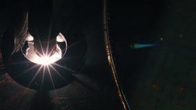 激光头的特写镜头顶视图切开一根金属板 影视素材