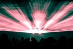 激光展示在夜生活党红色和绿色发出光线 免版税图库摄影
