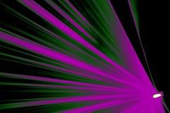 激光展示,在俱乐部的紫色颜色,条纹 库存图片