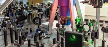 激光的研究在试验台的 免版税库存照片