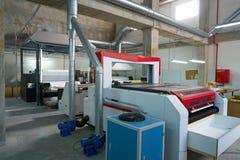激光纺织品调动产业的切割机 免版税库存照片