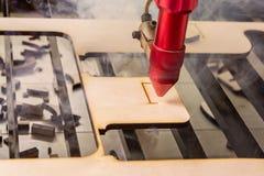 激光雕工工作和板刻木板 库存图片