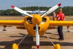 激光,特技飞行的一架小强有力的单引擎推进器飞机的正面图 库存照片