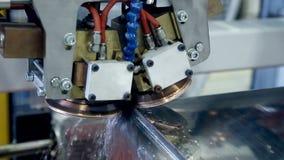 激光 等离子机器人焊接器与metall一起使用 股票视频