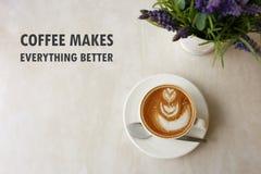 激动人心的正面行情`咖啡男性一切更好的`有花形状拿铁咖啡背景顶视图  库存照片