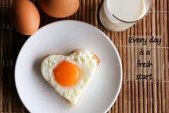 激动人心的正面行情`每天是在早餐和牛奶背景的一崭新的开始` 免版税库存照片