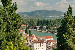 激动人心的美丽的镇和山在克罗地亚 免版税图库摄影