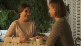 激动女性谈论与姐妹即将来临的婚姻,坐大阳台 股票视频