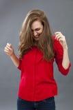 激动少妇微笑,显示她乐趣的美丽的头发 免版税库存照片