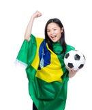 激动的亚裔妇女装饰与巴西旗子 免版税库存照片