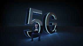 激动的商人坐3D回报5G与蓝色霓虹灯的未来派字体 免版税库存照片