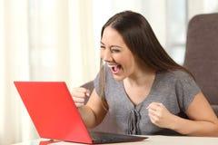 激动的在线的妇女读的好消息 库存图片