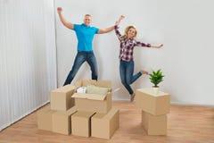 激动的夫妇在新房里 免版税库存照片